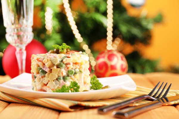 Салат оливье с колбасой полукопченной