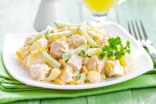Салат на Новый год из курицы с кукурузкой и огурцом
