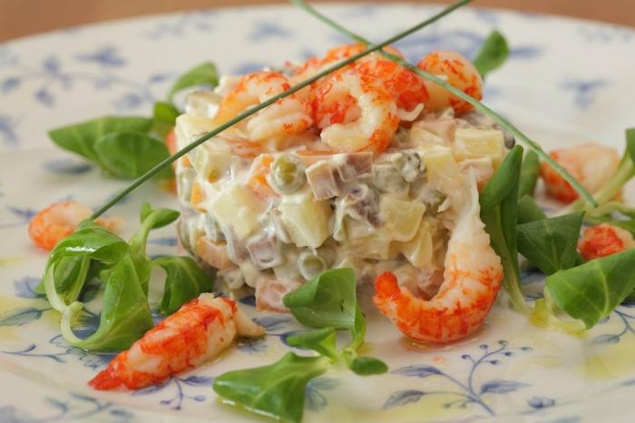 Классический салат оливье с рябчиками и раковыми шейками