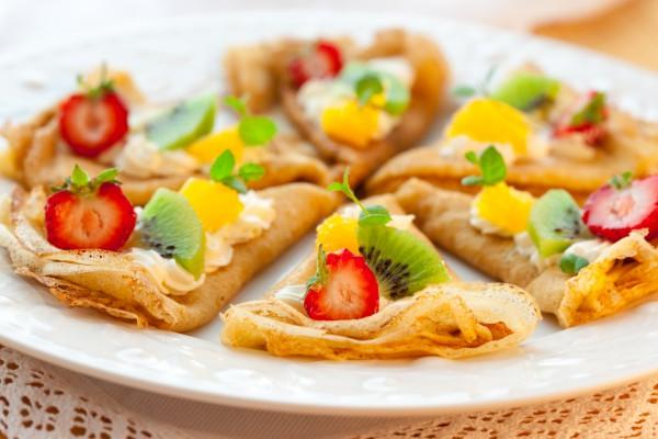 Блинчики с фруктами и сливочным сыром