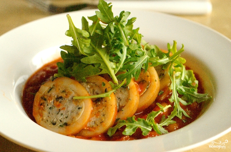 Кальмары фаршированные курицей и грибами в томатном соусе