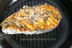 Жареный стейк лосося в сковороде гриль