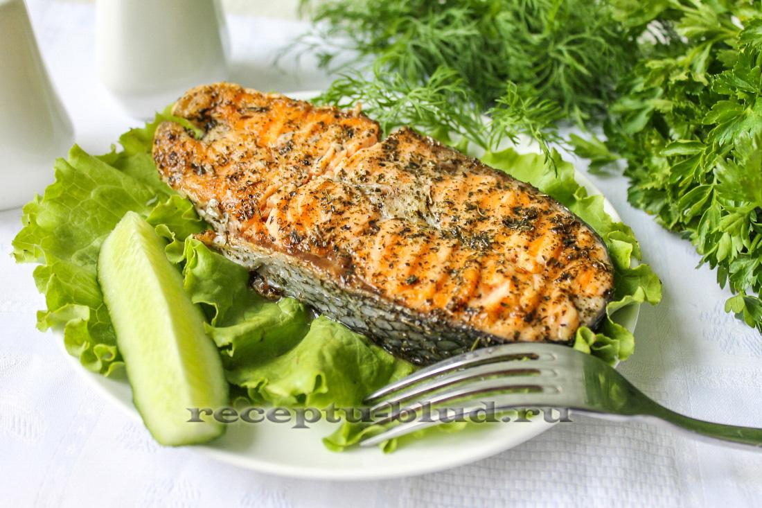 Стейк из лосося на сковороде гриль