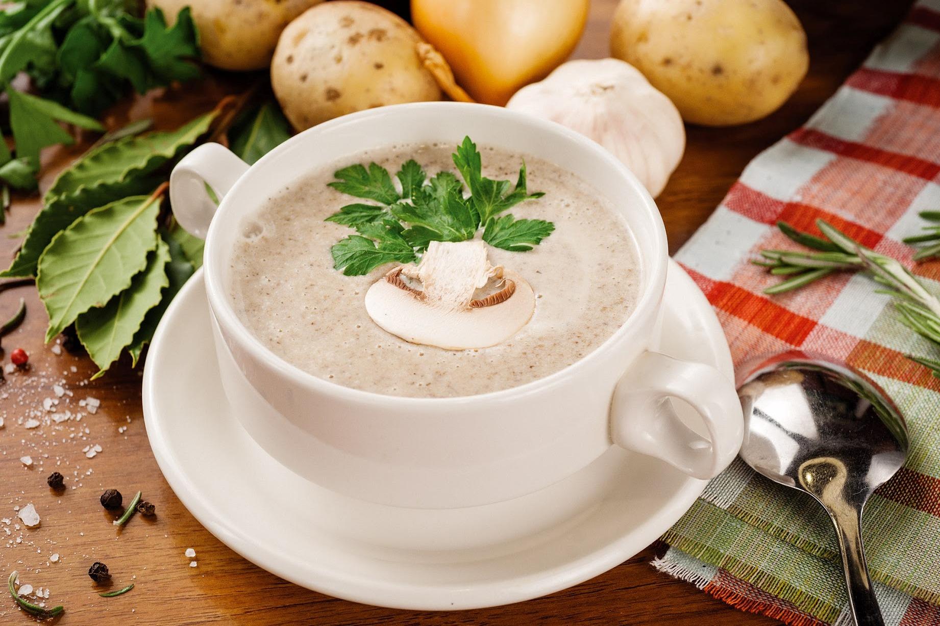 Грибной крем суп из шампиньонов в белой тарелке