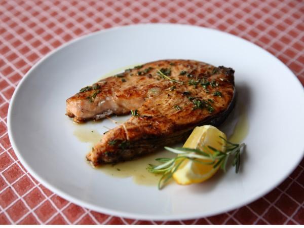 Стейк из лосося с розмарином и лимоном