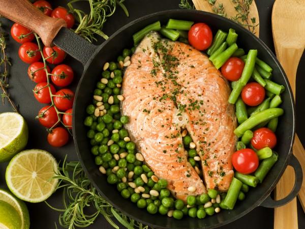 жареный стейк из лосося с овощами